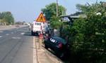 Ô tô lao xuống lề đường, tài xế bị thương