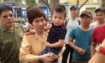 Hà Nội: CSGT giúp hai cháu bé bị lạc về với gia đình