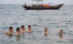 Lãnh đạo Sở Tài nguyên Môi trường Hà Tĩnh tắm biển và ăn hải sản