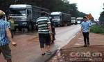 Hai xe tải đấu đầu, một người nguy kịch