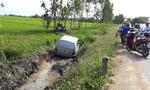Xe ô tô ngân hàng 'bay' xuống ruộng
