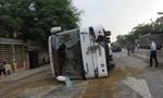 Xe khách Hoàng Long lật ngang đường, nhiều người bị thương