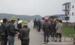 Xe máy đối đầu trên đường làng, hai thanh niên nguy kịch