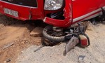 Tông vào đầu xe khách, hai thanh niên bị thương nặng