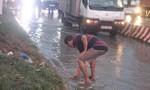 Người dân dầm mình trong mưa lớn để thông cống chống ngập ở Biên Hoà