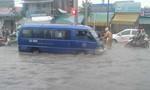 CSGT Biên Hòa dầm mình giúp dân trong cơn mưa lớn