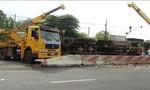 Tài xế ngủ gật, xe tải lật nhào khiến hàng chục tấn củi văng ra đường