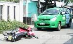 Xe máy đối đấu taxi, 1 người nhập viện
