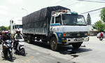 Qua đường đột ngột, hai người bị xe tải kéo lê trên đường