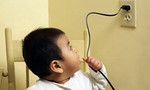 Nghịch dây điện quạt máy, bé gái 15 tháng tuổi bị điện giật suýt chết