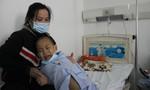 Vợ chồng công nhân nghèo nuôi con bệnh ung thư máu cần giúp đỡ