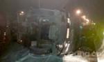 Xe biển đỏ nổ bánh, lật nhào trên cao tốc TP.HCM - Trung Lương