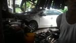 Tài xế xe ô tô tông sập bếp nhà dân