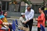 Phó Thủ tướng Trương Hoà Bình thăm, tặng quà đồng bào Chăm quận 8, TP.HCM