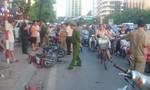 """Ô tô """"điên"""" tông hàng chục xe máy, nhiều người la hét"""