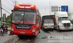 Xe tải va chạm xe khách, quốc lộ 1A ùn ứ nghiêm trọng