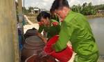 Công an Cần Giuộc cấp nước sạch miễn phí cho người dân