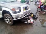 Ô tô kéo lê xe máy 20m trên quốc lộ, 2 nữ sinh nhập viện