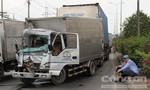 Xe tải bị container húc khi dừng đèn đỏ, phụ xe nhập viện