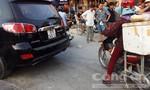 Xe máy lao vào xe 7 chỗ, khiến một phụ nữ nhập viện