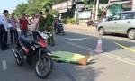 Dắt nhau qua đường, hai phụ nữ bị xe máy tông