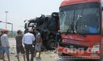 Xe khách tông nhau với xe tải, 6 người nhập viện