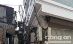 """Kỳ lạ ngôi nhà 4 tầng """"nuốt"""" cột điện vào trong giữa Hà Nội"""