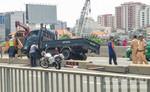 """Xe tải nằm """"vắt vẻo"""" trên dải phân cách của cầu Sài Gòn"""