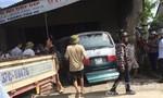 Xe ô tô mất lái lao vào nhà dân, 3 người bị thương