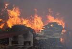 Lửa bốc cháy nghi ngút giữa trưa ở Khu công nghiệp Cẩm Thượng
