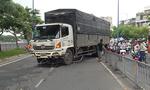 Xe tải nổ lốp trên đại lộ Võ Văn Kiệt, người đi đường hoảng loạn
