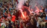 Cổ động viên Nga đốt pháo sáng, gây náo loạn sau trận thua Slovakia