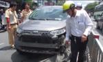 Nữ tài xế cố thủ trong xe sau tai nạn