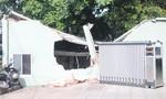 Hai xe cẩu tuột trên đường,  tông sập tường ngân hàng