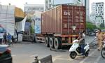 Container nổ lốp đâm đầu vào nhà dân ở trung tâm Sài Gòn