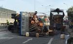 Quảng Ngãi: Xe tải lật, hàng trăm thùng mật ong vỡ tràn quốc lộ