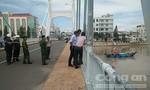 Giải cứu tàu thu mua hải sản mắc kẹt dưới chân cầu