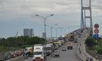 Kẹt xe kéo dài trên cầu Phú Mỹ, tài xế ra ngoài hóng gió