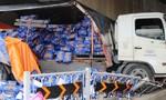 Xe tải lao vào gầm cầu, hàng trăm thùng bia Tiger tràn ra đường