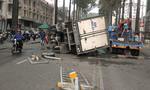 Xe tải chở nước đá lật trên đường phố Sài Gòn