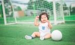 'Fan cuồng' 1 tuổi xinh như thiên thần ra sân ủng hộ tuyển Anh