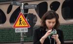 Hàn Quốc lắp đặt biển cảnh báo với người đi bộ sử dụng smartphone