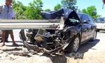 Sau va chạm với xe máy, xe ôtô 4 chỗ mất lái đâm vào rào chắn