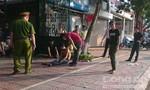 Thanh niên cởi trần chạy giữa trời nắng 'vồ' người đi đường