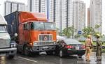 Container húc ô tô 4 chỗ xoay 180 độ
