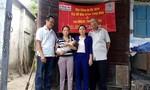 Mạnh thường quân tặng tiền cho  bệnh nhân nghèo tại Phú Lộc