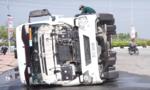 Lật xe container lúc rạng sáng, 2 người thoát chết gang tấc