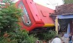 Xe giường nằm chở 40 hành khách 'bay' vào nhà dân, 5 người bị thương