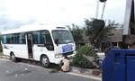 Xe khách leo dải phân cách khiến nhiều người hoảng vía