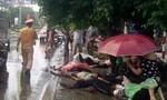 Sau va chạm xe khách, người bị thương nằm la liệt trên lề đường